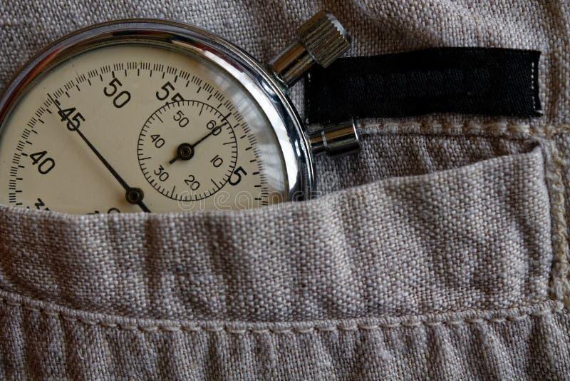 葡萄酒古董秒表,在破旧的亚麻制口袋,价值措施时间,老时钟箭头分钟,第二个准确性定时器纪录 免版税图库摄影