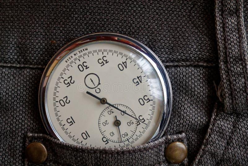 葡萄酒古董秒表,在老棕色牛仔裤装在口袋里,价值措施时间,老时钟箭头分钟,第二个准确性定时器纪录 库存图片