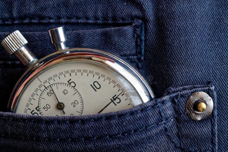 葡萄酒古董秒表,在蓝色牛仔裤装在口袋里,价值措施时间,老时钟箭头分钟,第二个准确性定时器纪录 免版税库存图片