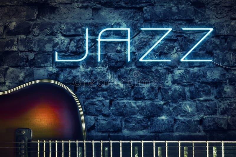 葡萄酒吉他和霓虹题字爵士乐在一个老砖墙的背景 概念音乐 免版税库存图片