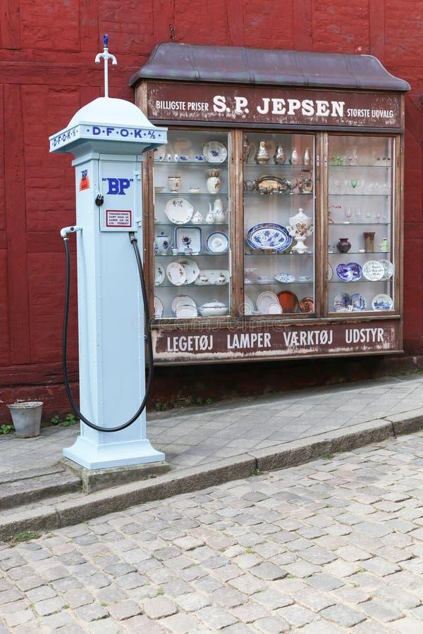 葡萄酒商店和老BP加油泵在老镇在奥尔胡斯,丹麦 库存照片