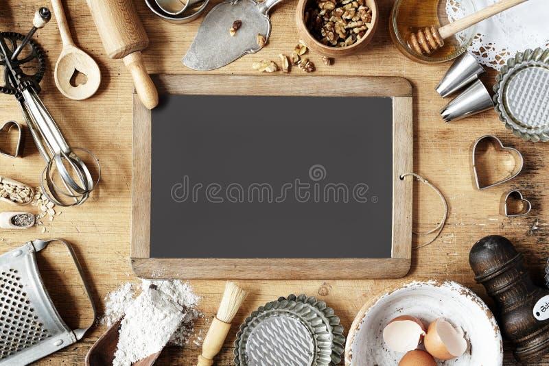 葡萄酒围拢学校板岩的烘烤器物 库存照片