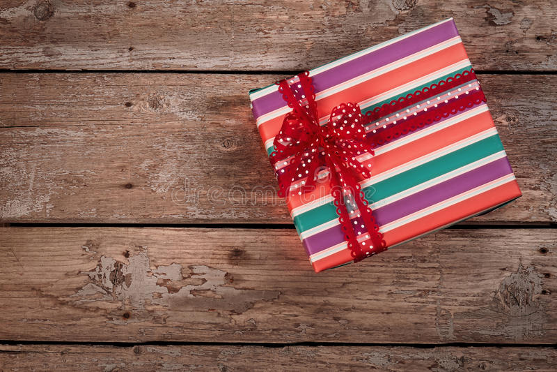 葡萄酒圣诞节在老木背景的礼物盒 库存图片