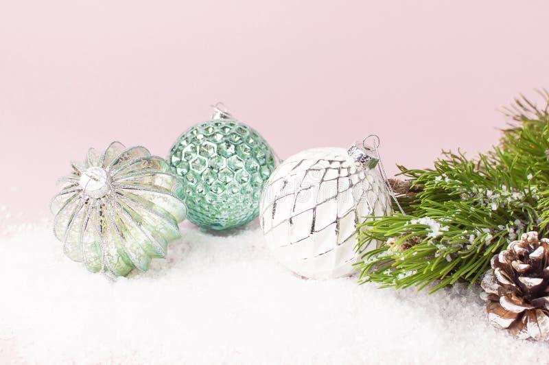 葡萄酒圣诞节在雪和杉木分支的新年球在桃红色背景平的被放置的拷贝空间 假日中看不中用的物品,美丽 免版税库存图片