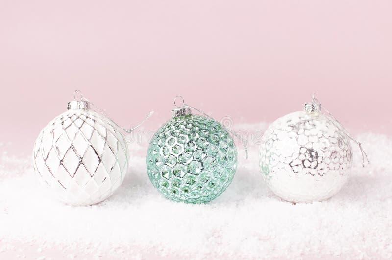 葡萄酒圣诞节在雪的新年球在桃红色背景平的被放置的拷贝空间 假日中看不中用的物品,欢乐美丽的装饰 图库摄影