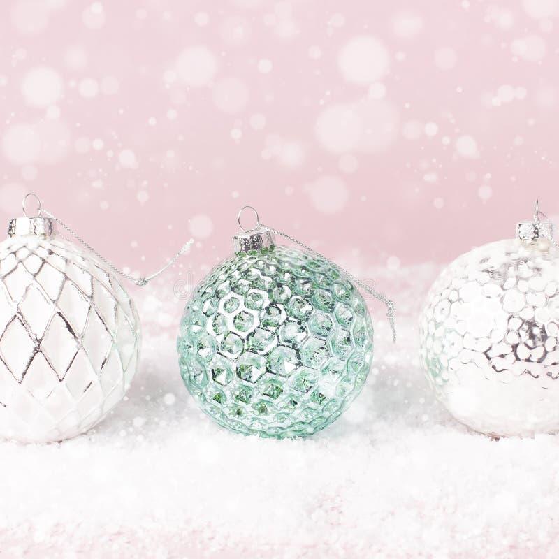 葡萄酒圣诞节在雪的新年球在桃红色背景平的被放置的拷贝空间 假日中看不中用的物品,欢乐美丽的装饰 免版税库存照片