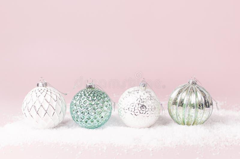 葡萄酒圣诞节在雪的新年球在桃红色背景平的被放置的拷贝空间 假日中看不中用的物品,欢乐美丽的装饰 库存图片