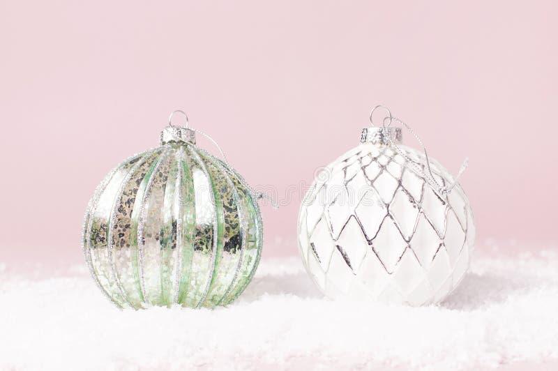 葡萄酒圣诞节在雪的新年球在桃红色背景平的被放置的拷贝空间 假日中看不中用的物品,欢乐美丽的装饰 免版税图库摄影