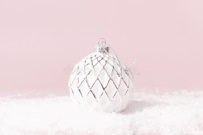 葡萄酒圣诞节在雪的新年球在桃红色背景平的被放置的拷贝空间 假日中看不中用的物品,欢乐美丽的装饰 库存照片