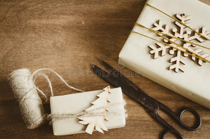 葡萄酒圣诞节有在土气样式和老葡萄酒剪刀装饰的礼物的卡拉服特箱子在木背景 库存照片