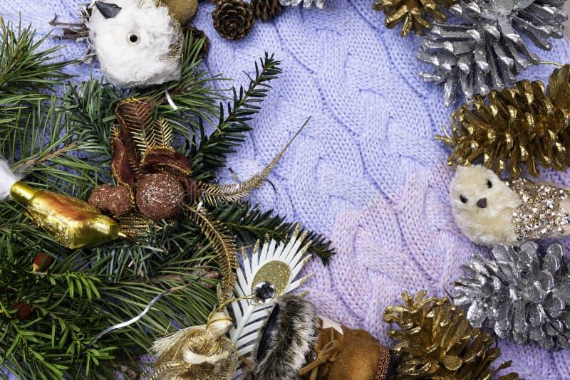 葡萄酒圣诞节构成-新年圣诞树的假日玩具-鞋子起动、锥体和冷杉分支 文本的自由地方 免版税图库摄影
