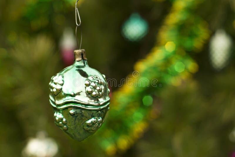 葡萄酒圣诞节装饰品-奇怪的球、坚果或者莓果 免版税库存图片