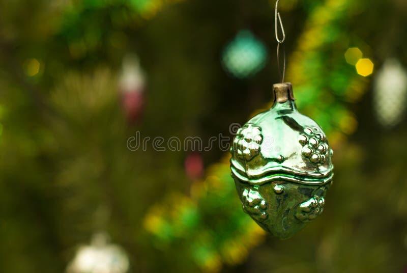 葡萄酒圣诞节装饰品-奇怪的球、坚果或者莓果 库存图片