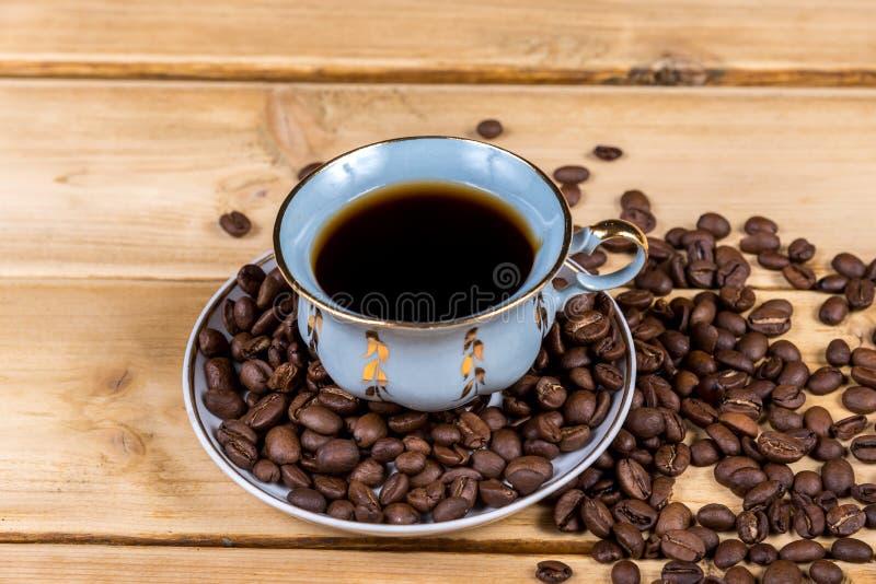 葡萄酒在一张木桌上的咖啡杯 免版税图库摄影