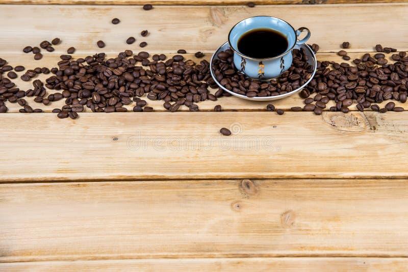 葡萄酒在一张木桌上的咖啡杯 库存图片
