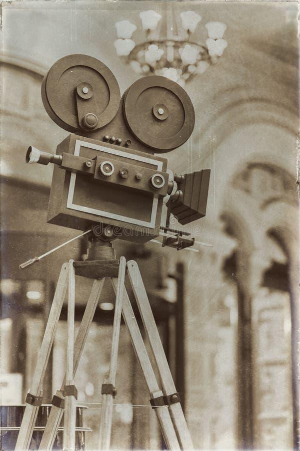 葡萄酒在三脚架的电影摄影机,模型 处理与减速火箭的样式 戏院概念和其他上古 为 免版税库存照片
