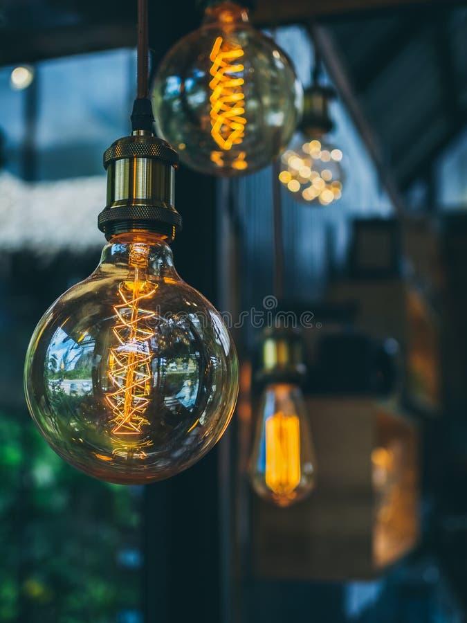 葡萄酒在咖啡馆的电灯泡 库存图片