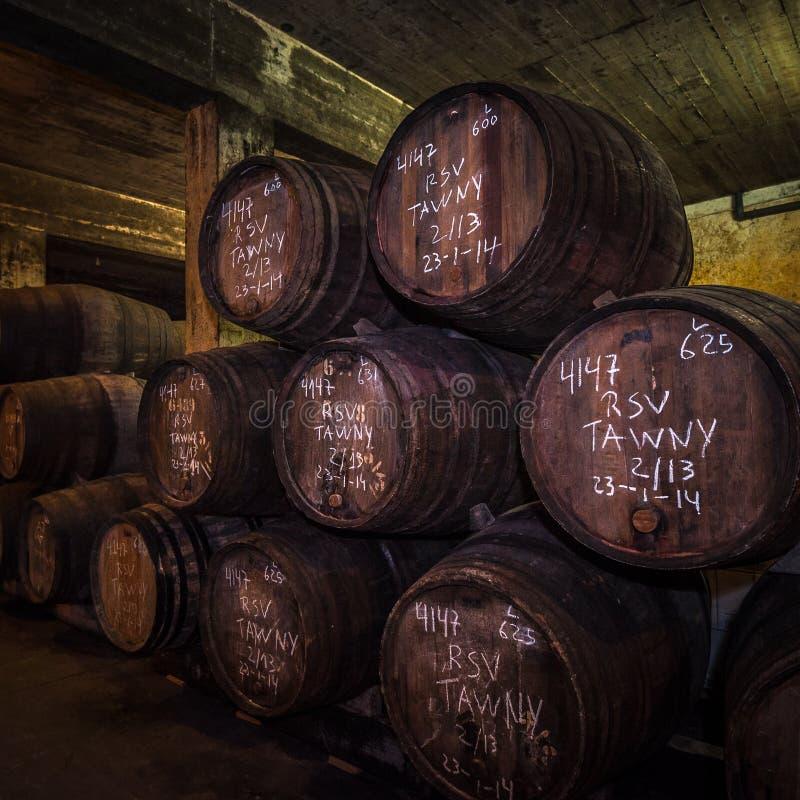 葡萄酒在地窖,加亚新城,波尔图,葡萄牙里滚磨 免版税库存照片