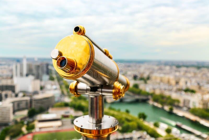 葡萄酒在埃菲尔铁塔,巴黎,法国顶部的望远镜单眼 免版税库存图片