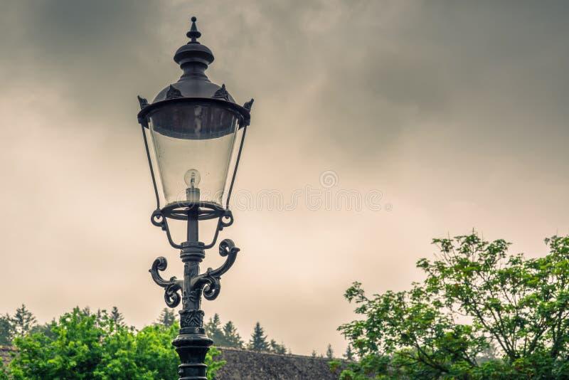 葡萄酒在多云天气的街灯 库存图片