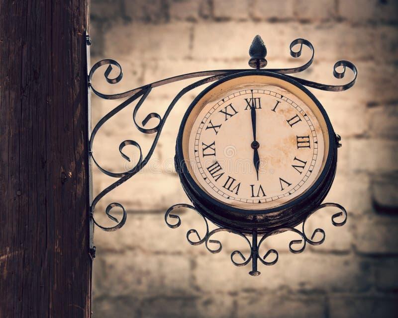葡萄酒在木杆的街道时钟 免版税库存图片