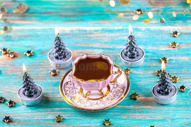 葡萄酒在木桌上的咖啡杯 免版税库存照片