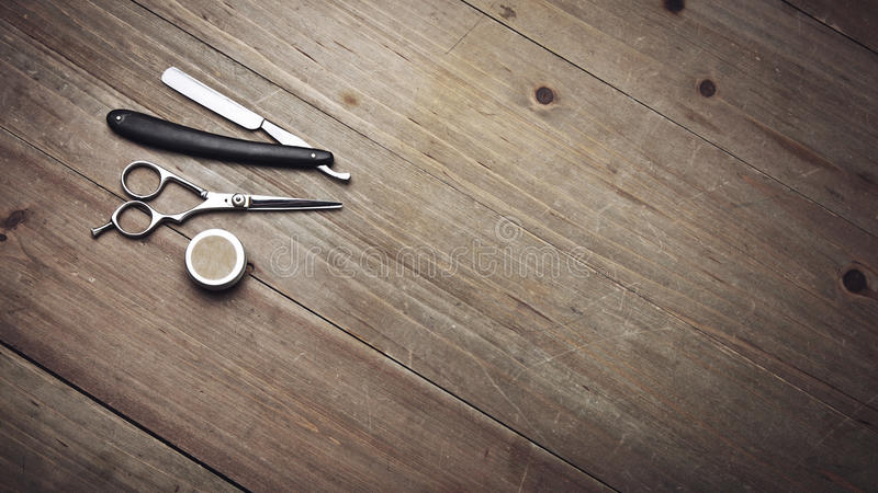葡萄酒在木桌上的理发师工具 免版税库存照片