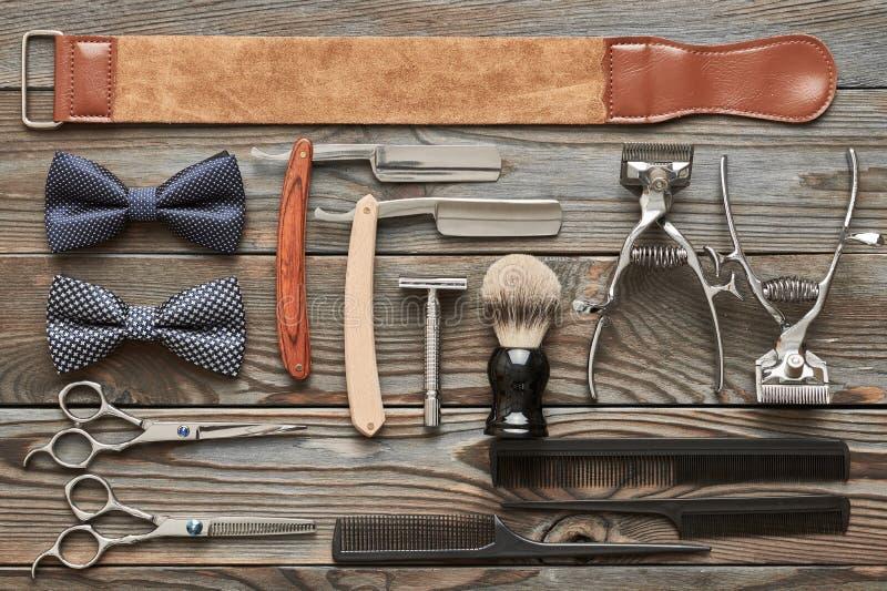 葡萄酒在木背景的理发店工具 免版税库存照片
