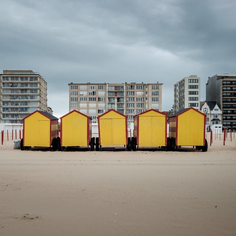 葡萄酒在海滩的海滩小屋德帕内在比利时 库存照片