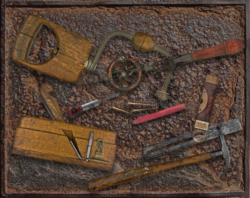 葡萄酒在生锈的板材的木材加工工具 免版税库存照片