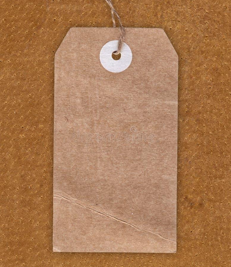 葡萄酒在皮革背景的空白标签 免版税库存照片