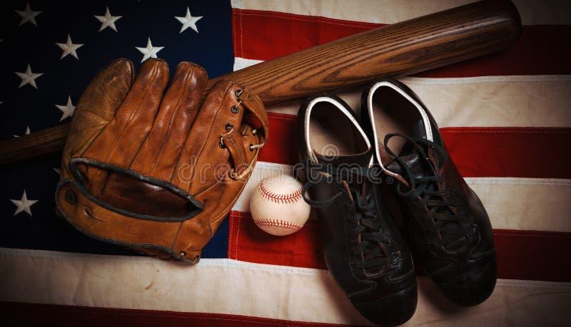 葡萄酒在美国国旗背景的棒球齿轮 免版税库存图片