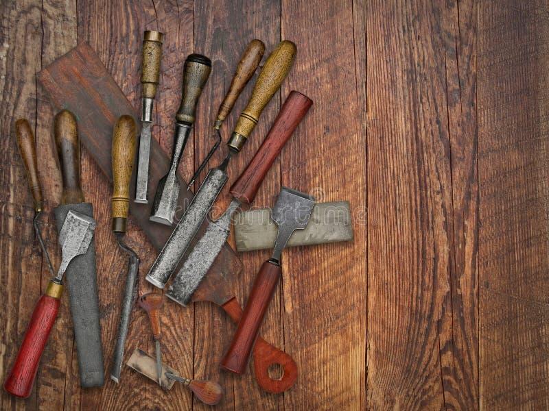 葡萄酒在老长木凳的凿子和石头拼贴画 免版税库存照片