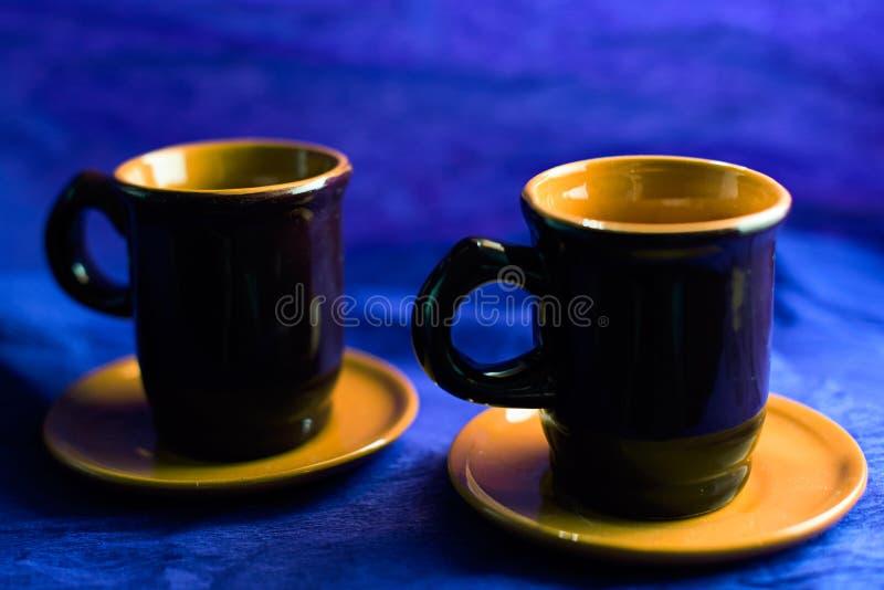 葡萄酒在蓝色的咖啡杯 免版税库存图片