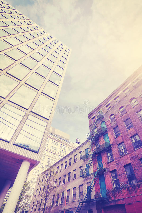 葡萄酒在Dumbo, NY传统化了老和新的建筑学照片  免版税库存照片