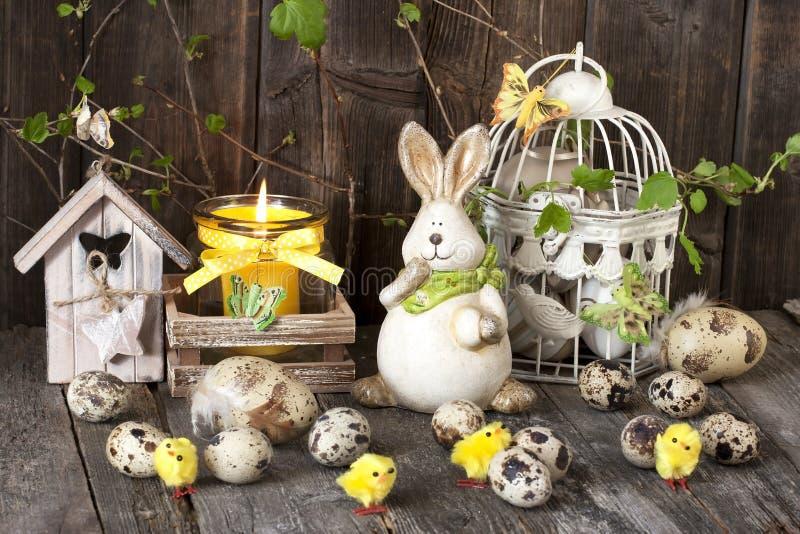 葡萄酒复活节装饰用鸡蛋和兔子 免版税库存图片