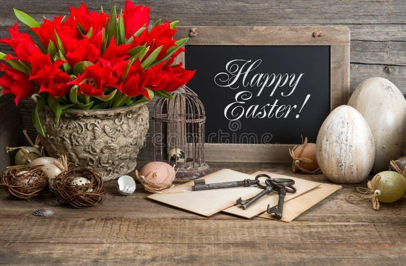 葡萄酒复活节装饰,鸡蛋,红色郁金香 库存照片
