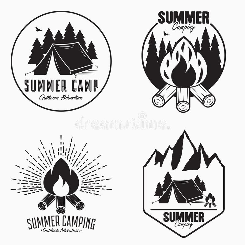 葡萄酒夏令营商标集合 野营的徽章和室外冒险象征 与野营的帐篷,篝火的原始的印刷术 皇族释放例证