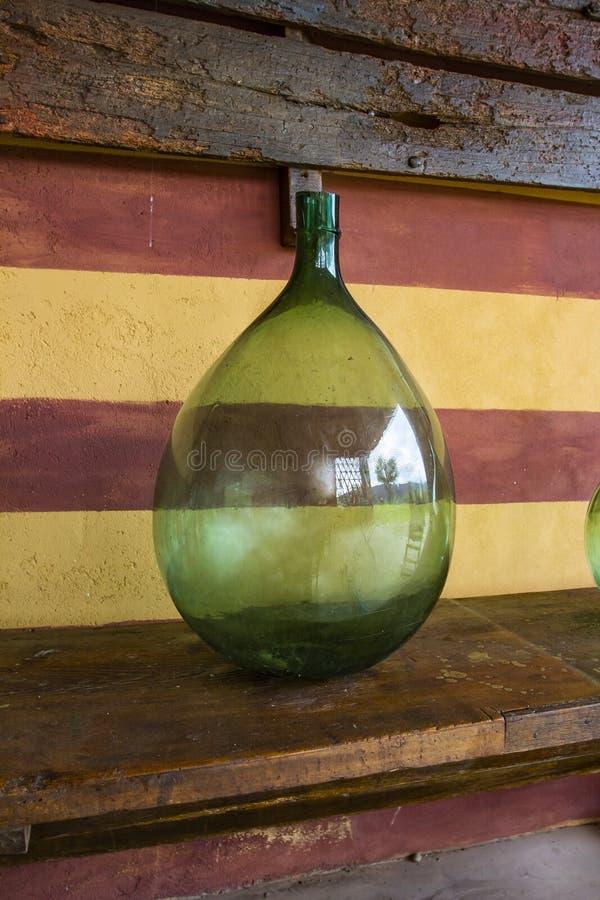 葡萄酒大酒瓶 葡萄酒库,酒存贮  库存图片