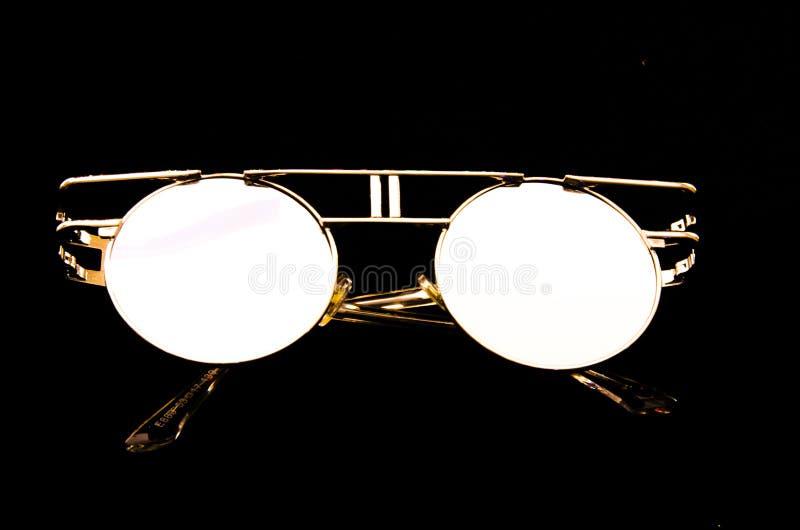 葡萄酒太阳镜,对比在黑背景 图库摄影