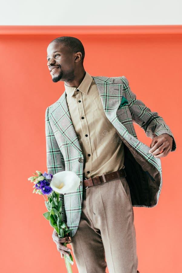 葡萄酒夹克的时髦的非裔美国人的人有花的 免版税库存图片