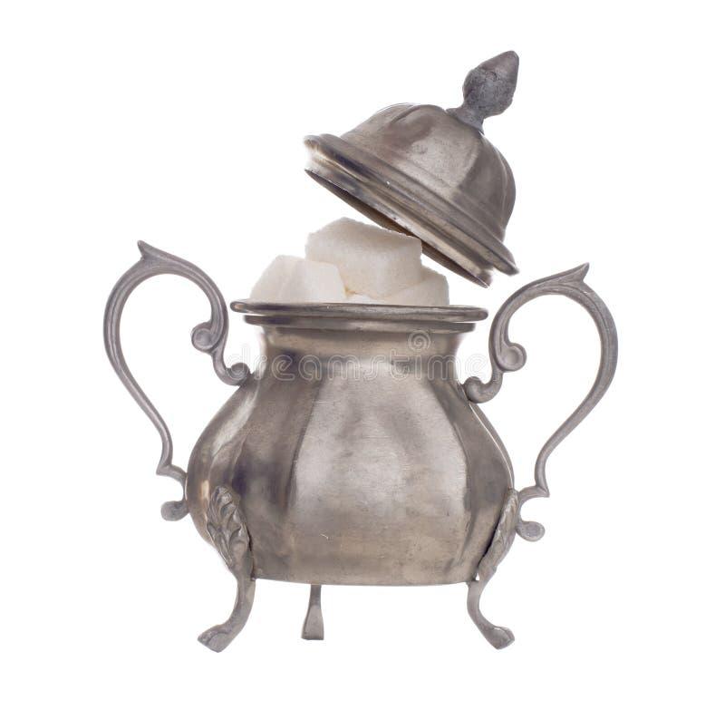 葡萄酒奖杯有显示白糖立方体的盒盖的糖罐,隔绝在白色背景 高度装饰,华丽 图库摄影