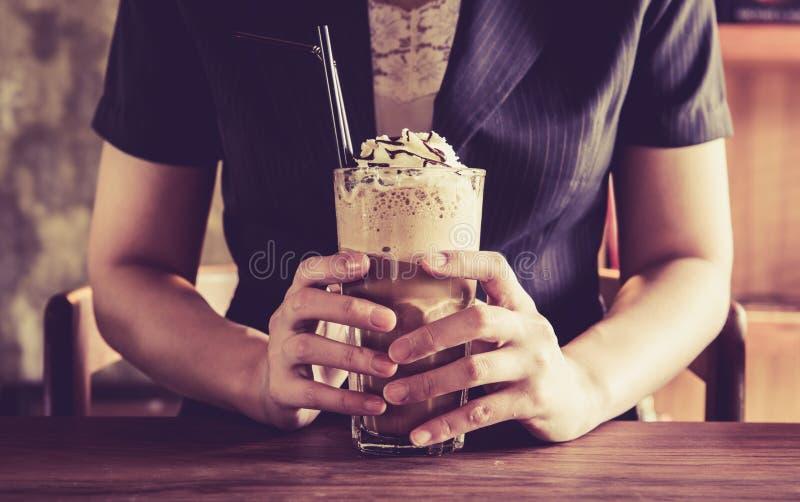 葡萄酒女商人和frappe咖啡饮料 免版税图库摄影