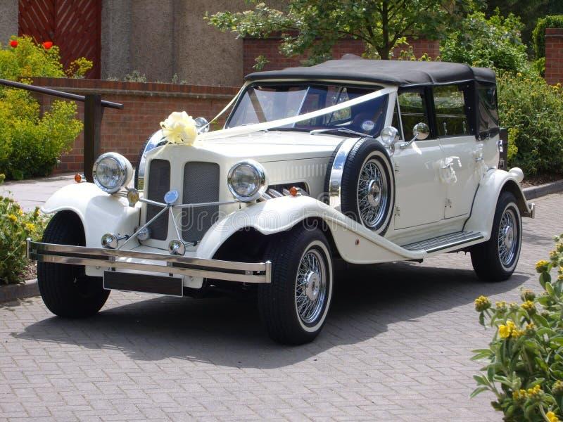 葡萄酒婚礼汽车 库存照片