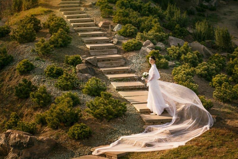 葡萄酒婚礼礼服的美丽的妇女 免版税库存照片