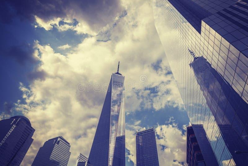 葡萄酒定了调子与自由塔的曼哈顿地平线 免版税库存照片