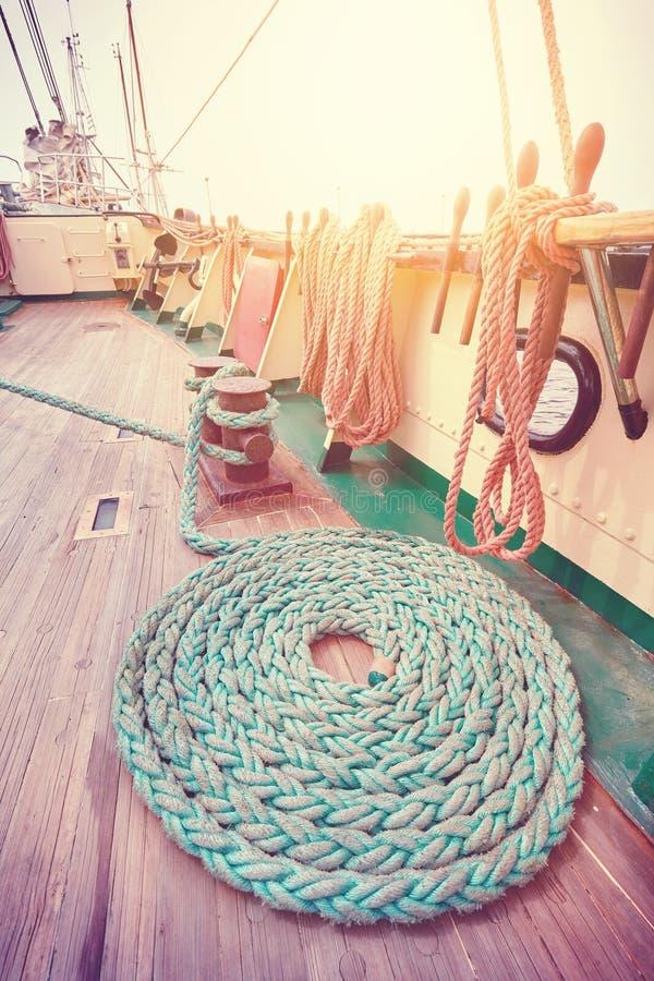 葡萄酒定了调子在木甲板的停泊绳索 免版税库存图片