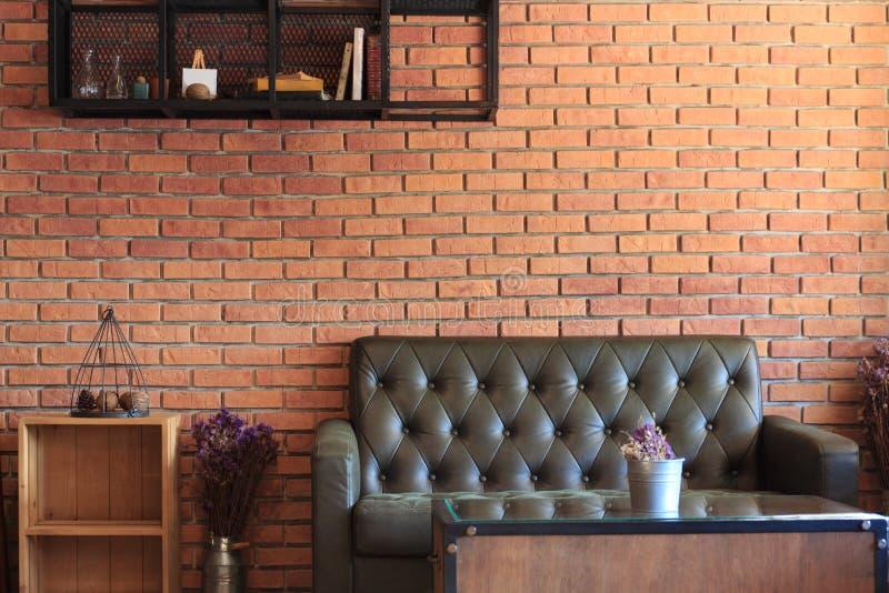 葡萄酒室有沙发集合砖墙背景 免版税库存照片