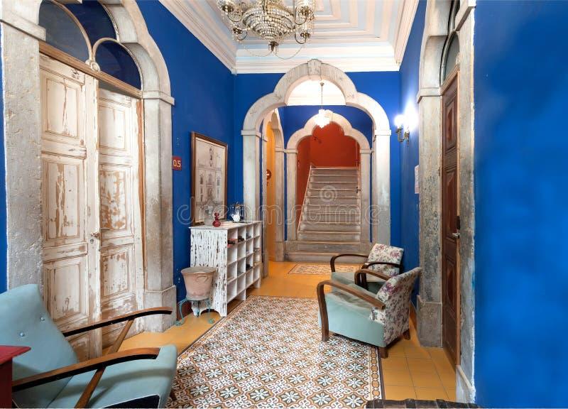 葡萄酒家具,阿拉伯样式的减速火箭的室在旅馆大厦里面 免版税库存照片