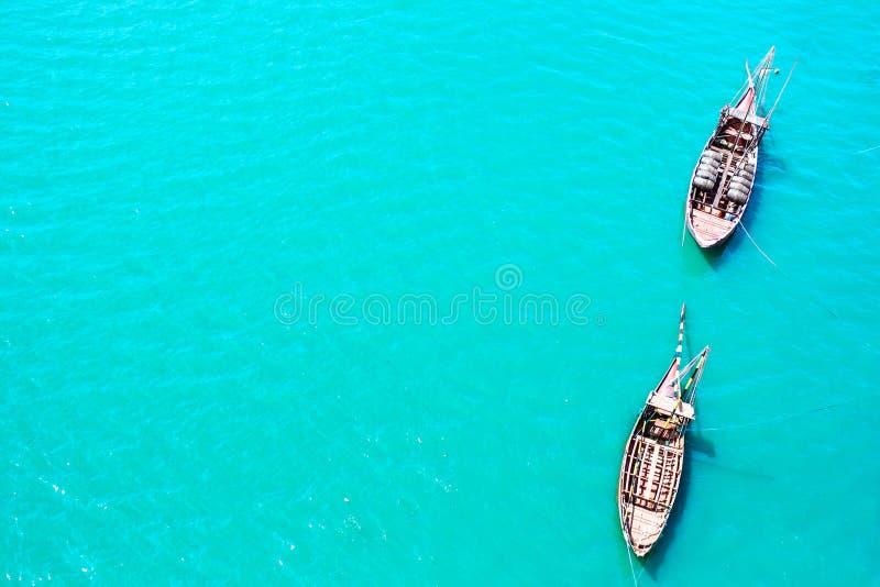 葡萄酒小船顶视图在深蓝蓝色透明海水的 库存照片